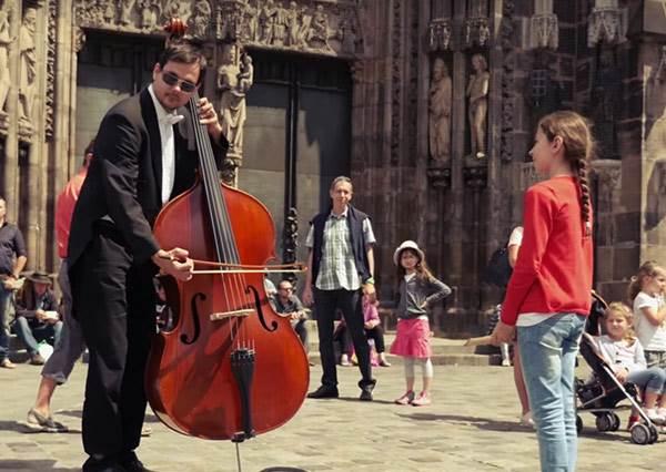 小女孩竟然拿直笛跟街頭表演者PK?最後結局你絕對意想不到