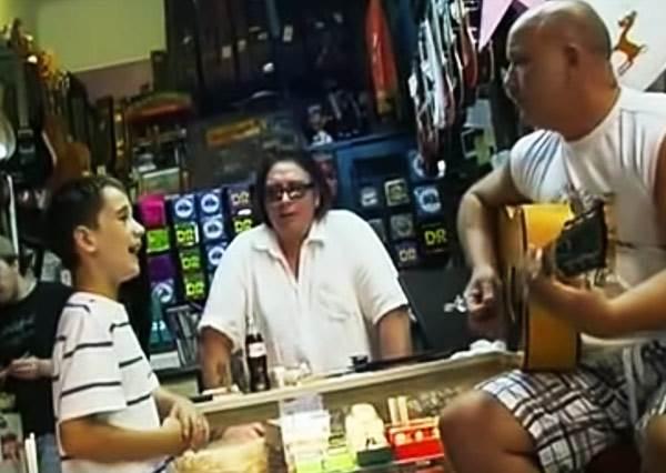 小男生只是陪叔叔買吉他,隨口一唱嚇呆了老闆,立刻要人錄下這天籟之音!