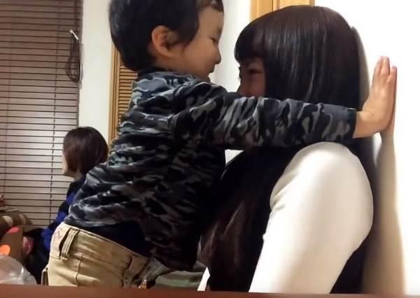 網友的3歲兒子某天做出了比壁咚更帥的動作,已經讓很多姐姐的心都被瞬間攻陷了!