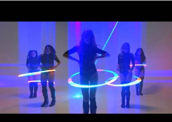 你還在把呼拉圈當運動用品嗎?這群女孩已經用LED呼拉圈完成年末尾牙最亮眼的表演了!