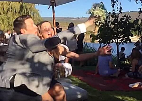 女友一臉興奮快要接到新娘捧花時,男友做了一件超級欠揍的事情,讓女友從天堂掉到人間