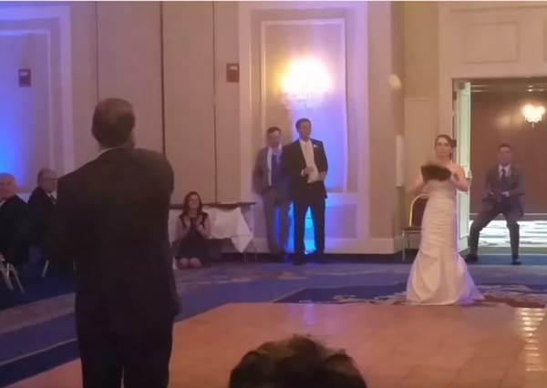 當溫馨婚禮之舞變成爸爸跟新娘玩傳接球,背後感人意義,希望新郎能夠好好體會!
