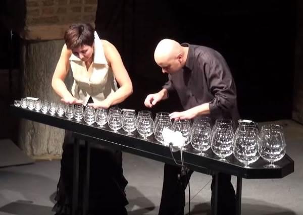 這首經典名曲如果不是親眼看這兩人用玻璃杯,絕妙音色會讓你以為是用某種高級樂器演奏的!
