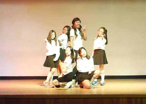 這個韓國小學生跳舞影片在網路上竄紅......因為其中一個竟然是她們男老師!?