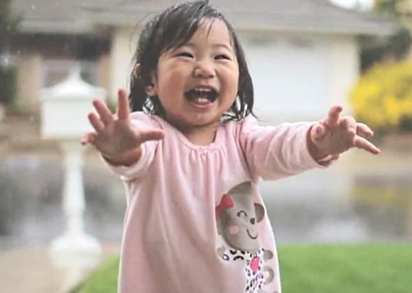 這個小寶寶第一次看到自動門的反應,是你找回童心的最大機會!