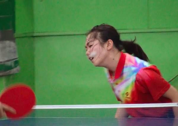日本女孩出現一項新技能,她們打乒乓球不用球拍竟然改用臉來打!?