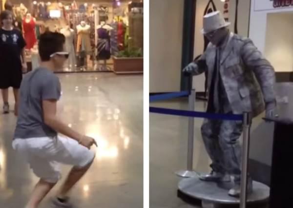 小男生故意在真人雕像面前大秀舞技,他接下來的表演證明能當街頭藝人絕對要會很多招!