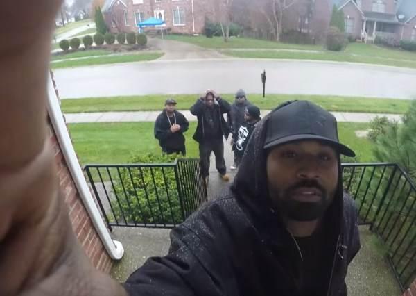 他們故意一臉凶狠地的按門鈴,等主人開門後,才知道鄰居準備了這麼溫馨的惡作劇!