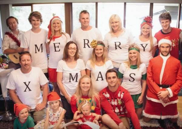 男友在拍聖誕節家族照時藏了個訊息,等女友去檢查照片後,忍不住放聲尖叫...