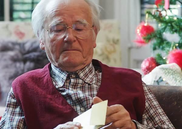 明明是孫子送禮物給爺爺的溫馨影片,但當鏡頭轉到卡片上後...卻讓人立刻捧腹大笑!