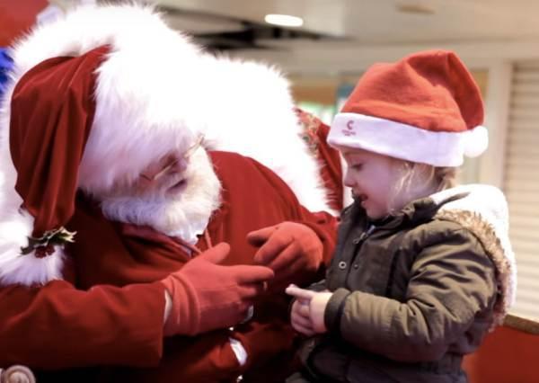 聽障小女孩說不出心願,聖誕老公公立刻切換手語模式,讓所有人都好感動...