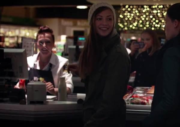 這家超市送給客人的耶誕大禮居然是…讓收銀機「嗶」出聖誕歌?