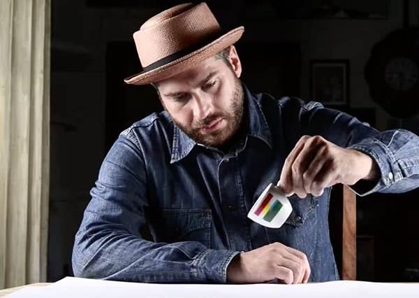 打翻一杯咖啡,立馬看出平凡人與藝術家差別在哪裡!?