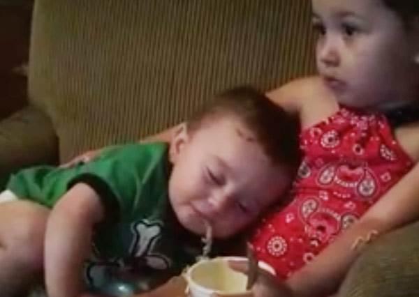 「睡覺不要吃東西!」這種痛小男孩的姐姐最知道?