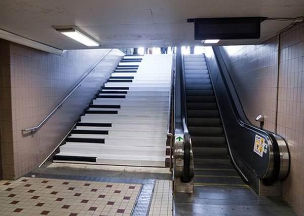 為了讓大家更愛走樓梯,瑞典車站直接把樓梯變鋼琴讓人邊走邊彈!?