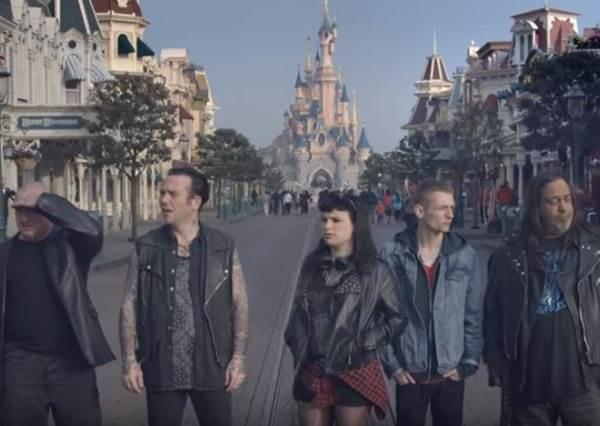 一群殺氣十足的叛逆青年無預警被載到迪士尼樂園,猜猜他們能抵擋歡樂天堂的魔力嗎?