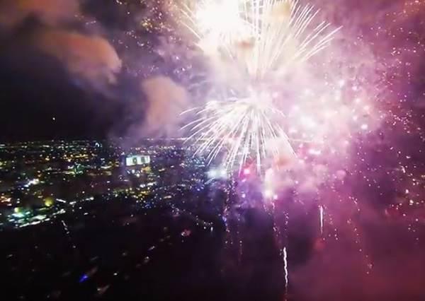 有人把空拍機飛進煙火裡,這角度拍出的畫面才真的叫「美炸了」!
