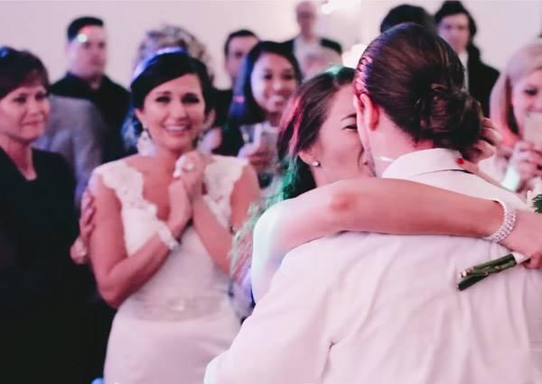 最好的BFF!新娘為好友策劃了一場完美求婚,地點就是在自己的婚禮上!