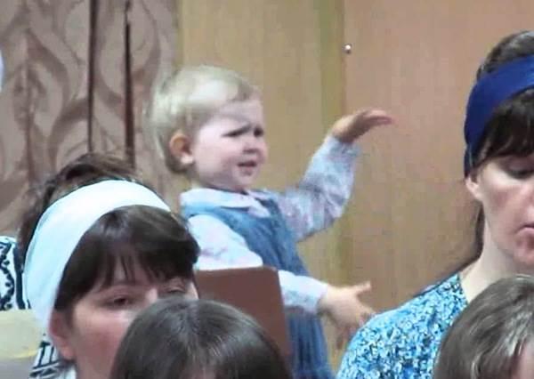 明明眾人在前面認真演唱,所有人視線全都移不開後面這位「神童指揮家」呀!