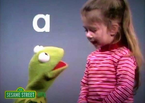 史上最口愛!芝麻街小小來賓用童言童語唱出ABC