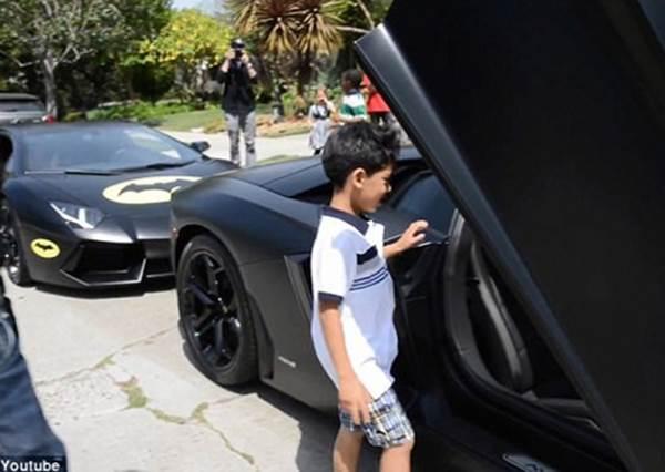 藍寶堅尼小小車迷和爸爸約好考100分就有10元當獎金,沒想到才7歲的他竟能一圓坐上夢幻跑車的夢想?