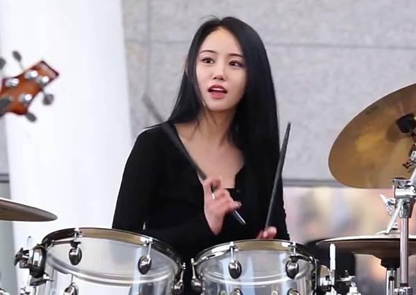 《韓國超美鼓手》被她用鼓棒丟都甘願~