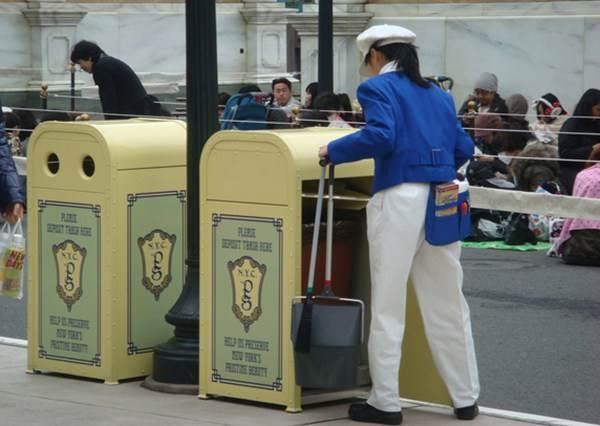 大家都知道迪士尼遊樂園很好玩,其實光去看那邊的清潔工掃地都能值回票價...?
