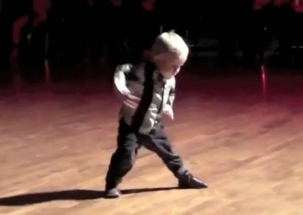 2歲小男童萌跳爵士舞,尤其1:26秒超專業致謝動作,會讓你想猛按重播鍵!