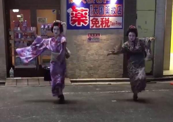 千萬不要小看日本藝伎,當她們聽到電音後,High起來連鳥叔Psy都會輸!