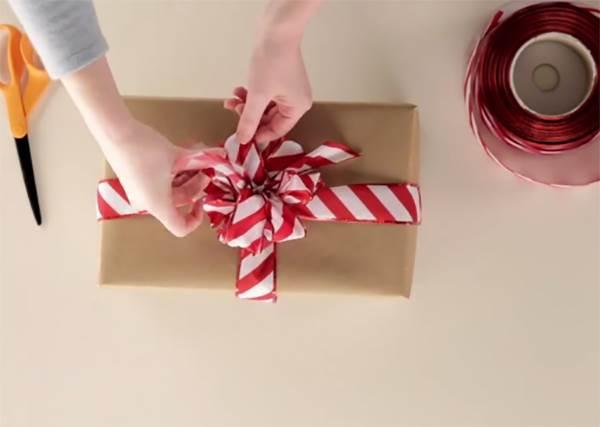 至少第一眼不能輸!華麗風緞帶花球包裝法居然只要多剪幾刀就好?