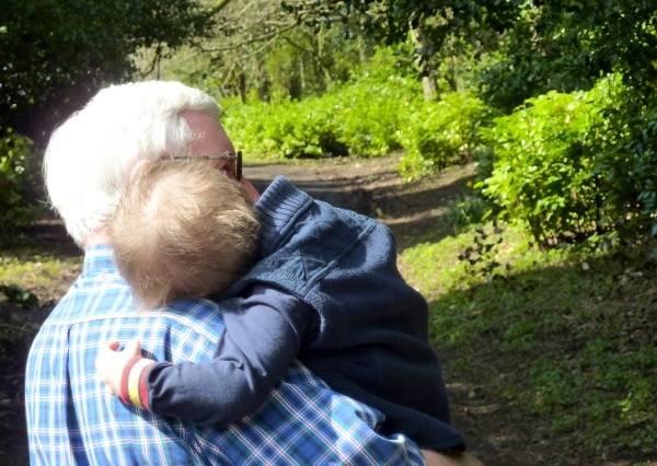 知道自己當爺爺後,他等到四下無人才開始狂喜…殊不知全被攝影機錄下來!