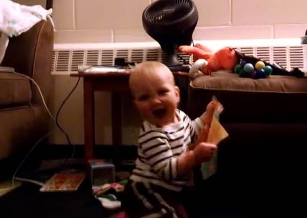 拿到會唱歌的生日卡片,一歲小寶寶的爆炸反應讓他爆紅啦!