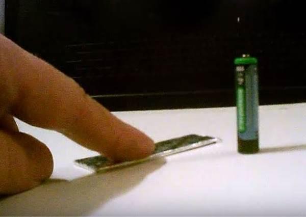 點火求生再也不用鑽木啦,因為你只需要電池+口香糖紙?!