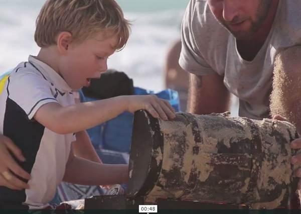 小朋友在沙灘上挖沙,竟然挖到超多藏寶箱,裡面的東西讓大人小孩一看到都超開心