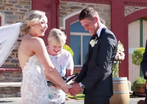 新人準備講出「我願意」,3歲小男孩亂入大喊這句話,浪漫婚禮瞬間變爆笑劇場!
