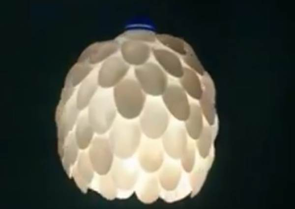 你絕對沒想過塑膠湯匙+寶特瓶,竟然可以變身超高級的藝術燈(而且做法超easy)!?