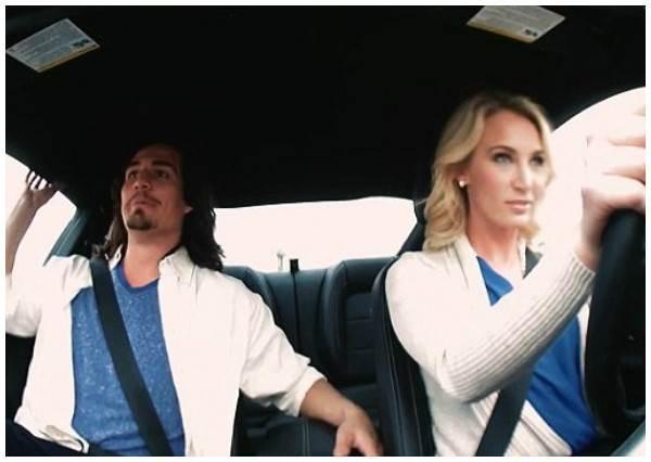 這些男生完全不知道眼前的約會對象是專業車手,當他們正要指點開車技術時,女生油門一踩...