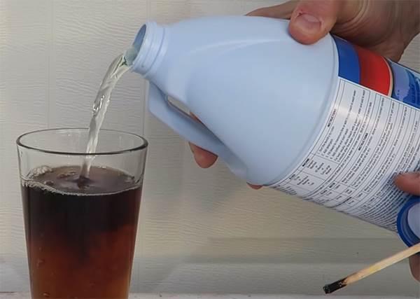 大家都知道漂白劑是「黑色剋星」,那如果加進可樂裡會變怎樣!?