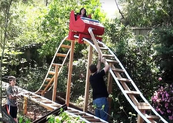 想要雲霄飛車?把拔做給你~這個老爹直接在後院完成孩子們的夢樂園!
