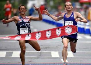領先的馬拉松選手快到終點前做了一個動作讓他後悔莫及...