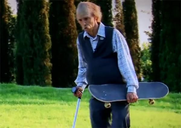 80歲老伯大秀滑板技巧,小小惡作劇看你在鏡頭前有多驚!