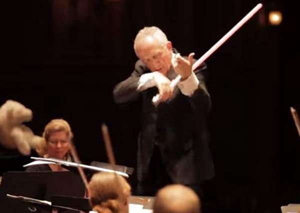 明明是正經八百的交響樂表演,指揮大師1:42秒竟然做了讓所有電影迷都會歡呼的事...
