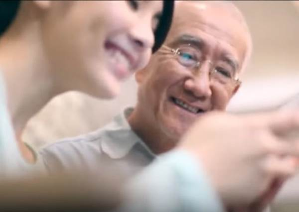 老爺爺一直幫這支沒人使用的手機繳費,大家還以為是詐騙…當明白真相時,所有人都沈默了!