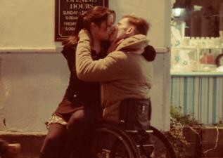 你今天親吻了嗎?別再築起人與人之間的藩籬,請記得分享關懷與擁抱給折翼天使