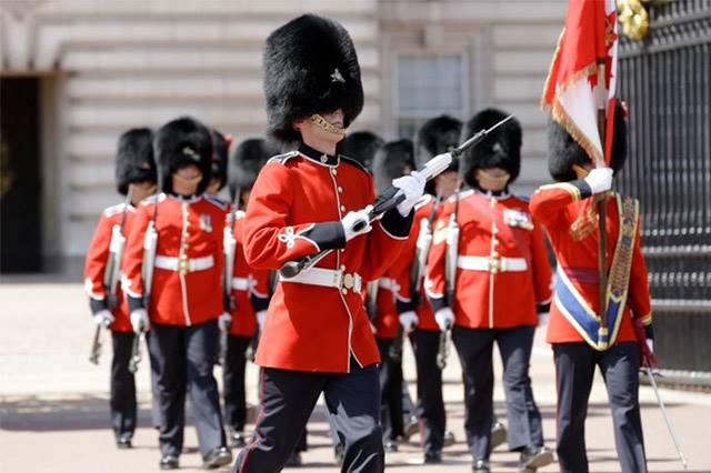 女王衛兵也不是好惹的!男子因為挑釁衛兵竟被狠揍一拳,但真相其實是...