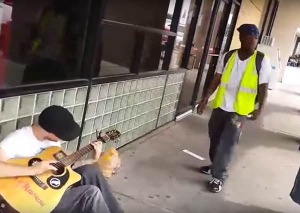 這個街頭藝人只是寂寞的坐在地上彈吉他唱歌,沒想到兩個陌生人意外跑來一起「玩」出他的代表作!
