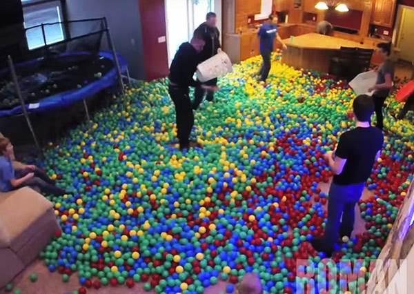 他趁老婆不在用彩色玩具球灌滿整個家,結果老婆對惡作劇的反應超另類!?