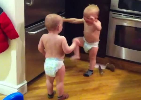 說再大聲也不怕被偷聽!雙胞胎寶寶用「外星語」聊天超有喜感