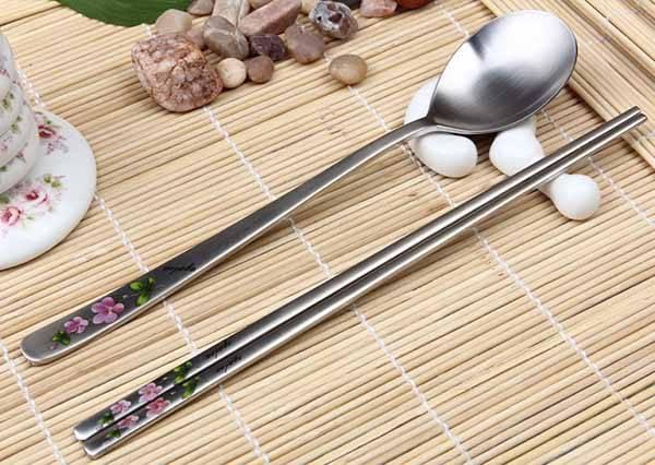 用扁筷會變聰明?為什麼韓國人愛用鋼製扁筷,畢書盡、宋米秦告訴你!