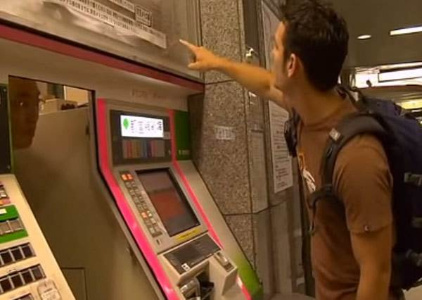 這兩個外國人快被日本地鐵售票機搞瘋時按下求助鍵,下一秒出現的「超人性化服務」才真的讓他們嚇傻了!
